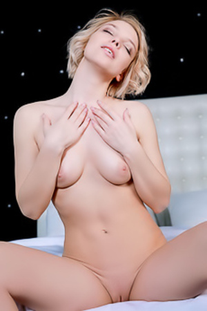 Hilary Wind Shows Her Nude Stunning Body